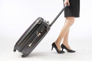 スーツケースを運ぶ写真