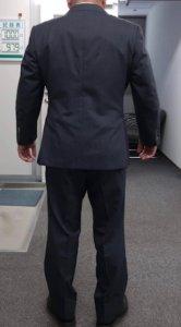 男性スーツの写真 後