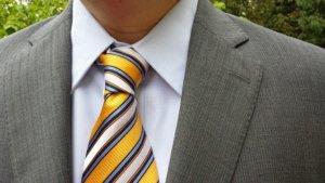 派手なネクタイのスーツ