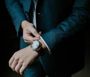 時計をした男性